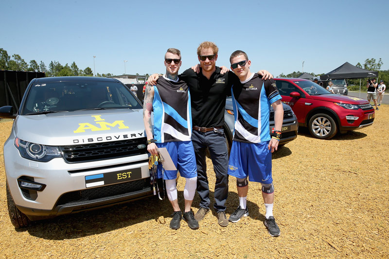 Prince-Harry-with-the-Estonian-team-who-drove-him-around-the-Land-Rover-course